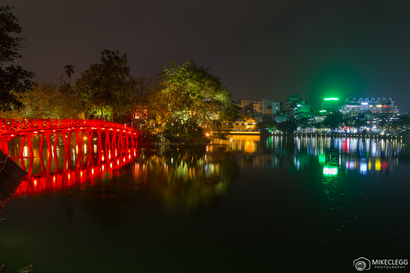 Hồ Hoàn Kiếm at night
