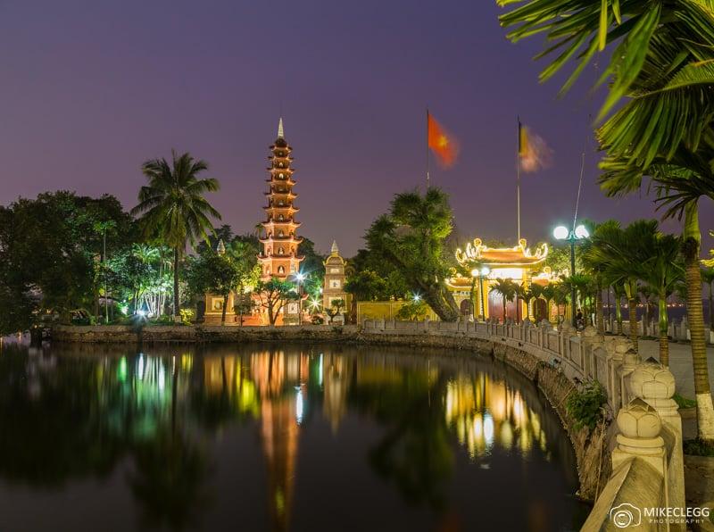 La pagode Tran Quoc de nuit