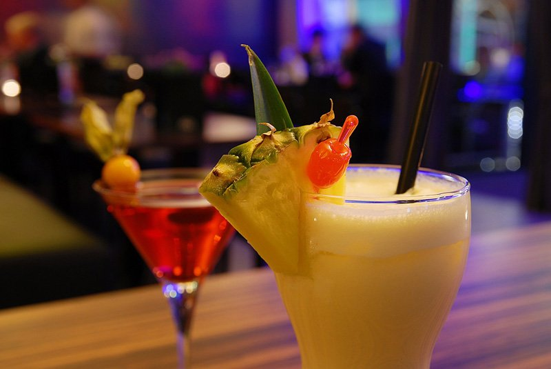 Cocktails at a bar - via Pixabay