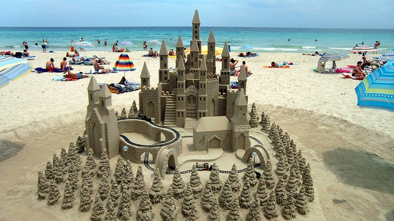 Beach and sandcastle - CC0 (Pixabay)