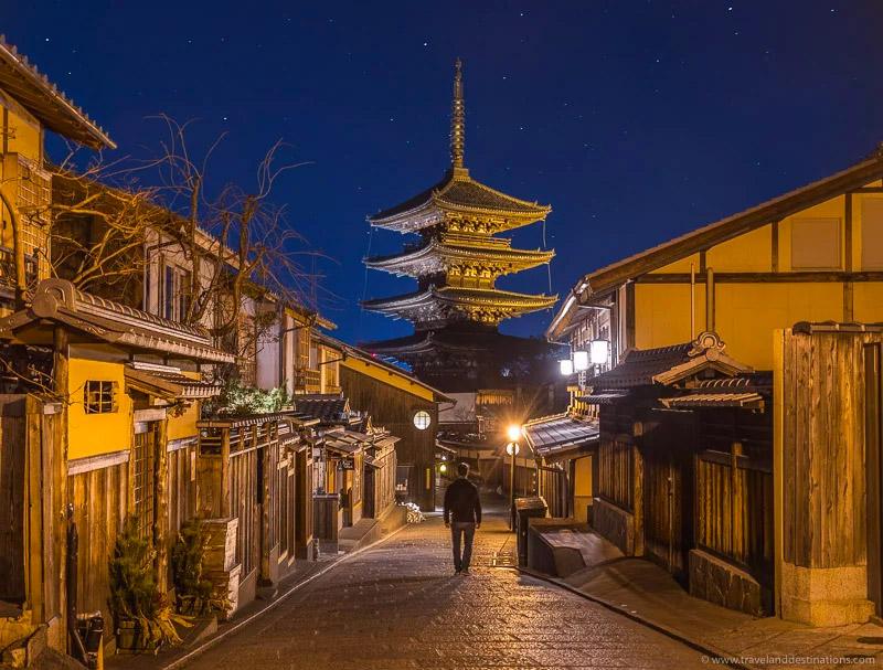 Hokanji-Temple-(Yasaka-no-Tou)-in-Kyoto,-night