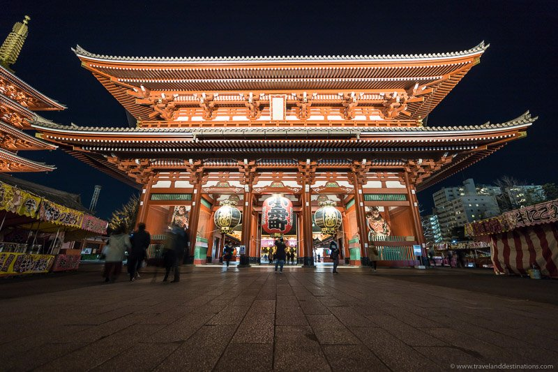 Hōzōmon gate in Tokyo at night