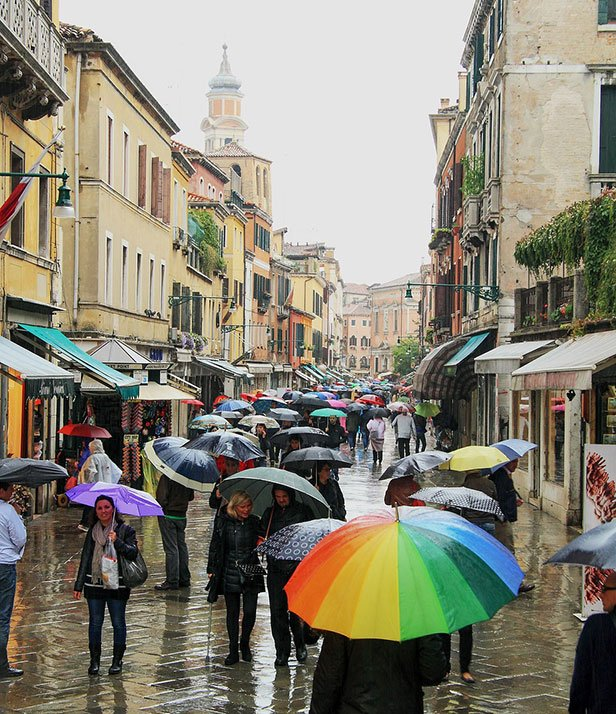 "Venice-and-rain ""width ="" 518 ""height ="" 600 ""srcset ="" https://www.travelanddestinations.com/wp-content/uploads/2019/02/Venice-and-rain.jpg 616w, https: //www.travelanddestinations.com/wp-content/uploads/2019/02/Venice-and-rain-259x300.jpg 259w ""values ​​="" (max-width: 518px) 100vw, 518px ""/>   <figcaption class=  Choses à faire quand il pleut pendant vos vacances Venice and rain"