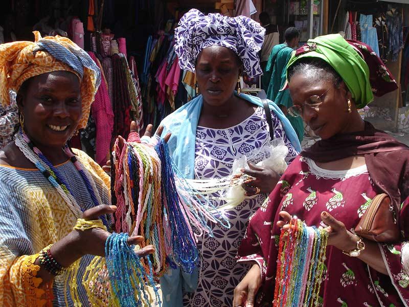 Торговцы красочными бусинами на Дакарском рынке, фото BobbiLe Ndiaye 10 лучших мест для посещения в Сенегале и Гамбии 10 лучших мест для посещения в Сенегале и Гамбии Colourful bead merchants at Dakar market photo by BobbiLe Ndiaye