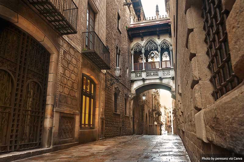 Carrer del Bisbe - Барселона Готический квартал лучшие места в барселоне 15 лучших мест для Instagram и фотографии в Барселоне Carrer del Bisbe Barcelona Gothic Quarter