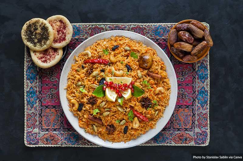 Bols de nourriture traditionnelle arabe Kabsa  10 choses à savoir pour visiter les Emirats Arabes Unis Arabic traditional food bowls Kabsa
