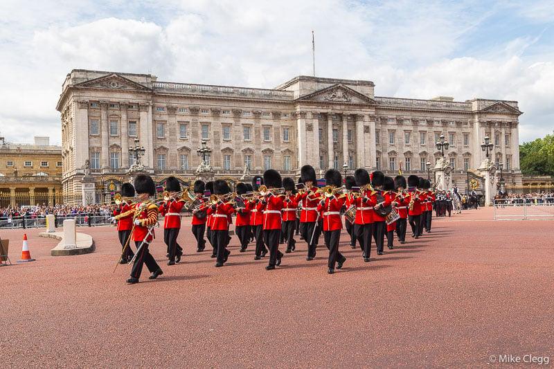 Конно-Гвардейская-Parade-на-Букингемском-Палас 10 хитрых советов по экономии денег при посещении Лондона 10 хитрых советов по экономии денег при посещении Лондона Horse Guards Parade at Buckingham Palace